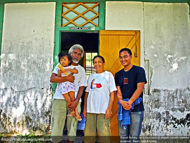 Bersama Bapak Robby, Ibu dan cucu di depan rumah mereka